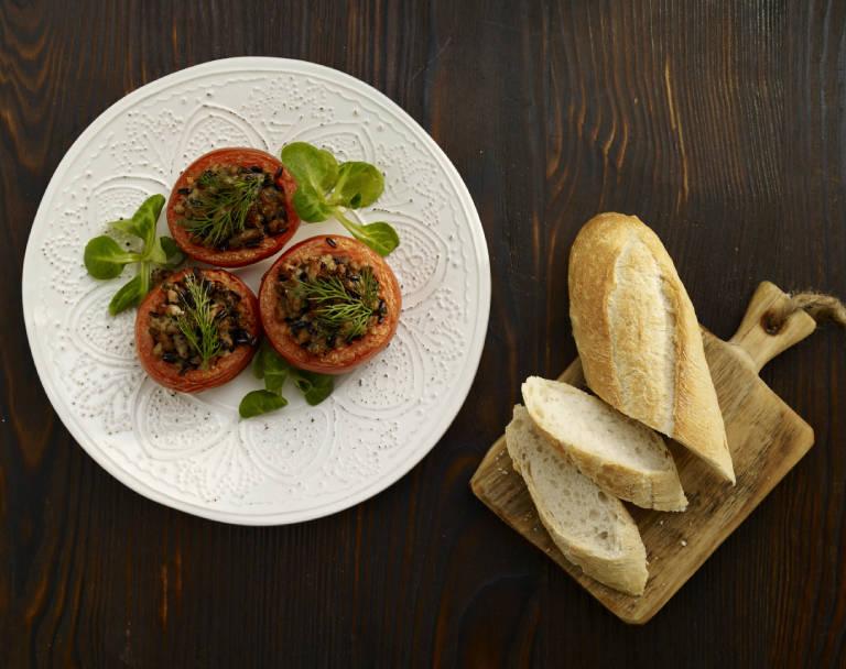 Zapiekane pomidory nadziewane mięsem i oliwkami
