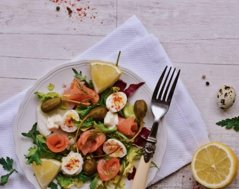 Sałatka z łososiem wędzonym, kaparami i jajkami przepiórczymi