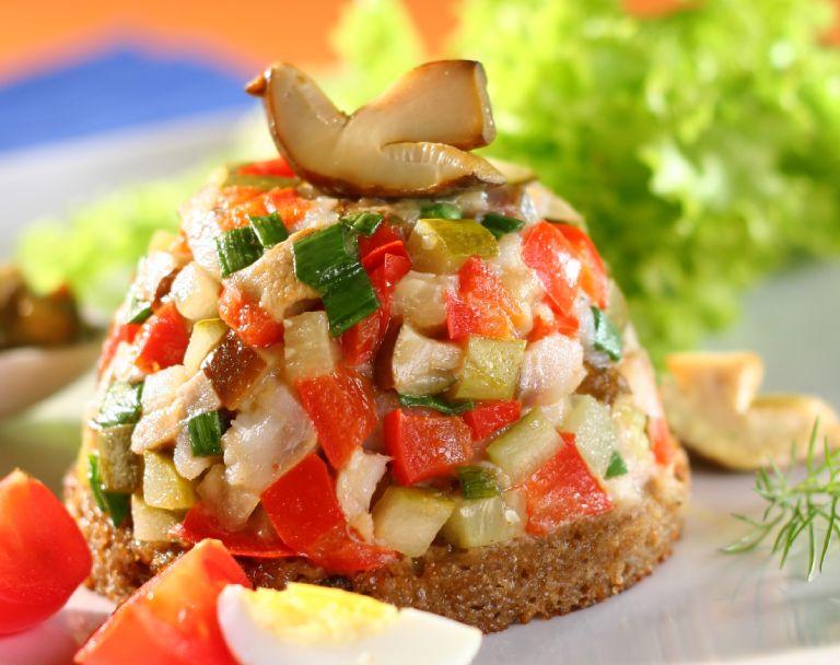 Tatar ze śledzia z marynowanymi warzywami