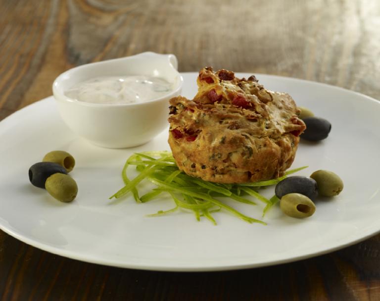 Muffiny z boczkiem, oliwkami i suszonymi pomidorami