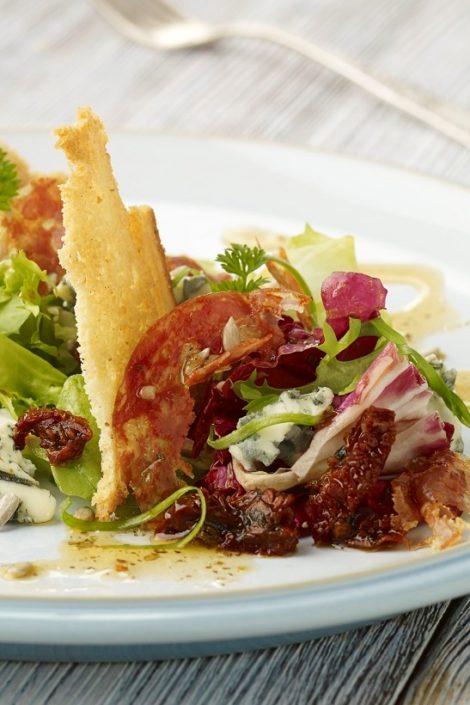 Sałatka z pikantnym salami i serem pleśniowym