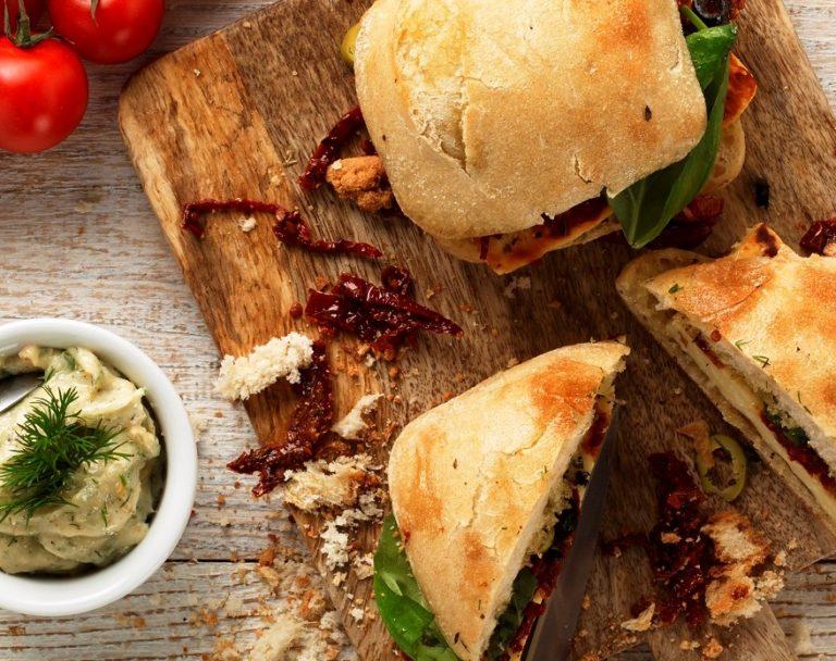 Śródziemnomorskie kanapki z suszonymi pomidorami i sosem tzatziki