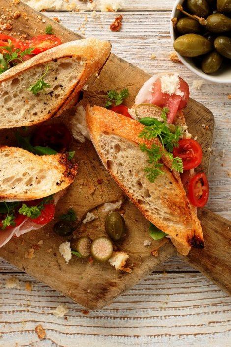 Bagietka prowansalska z szynką szwarcwaldzką, pomidorami cherry i kaparami