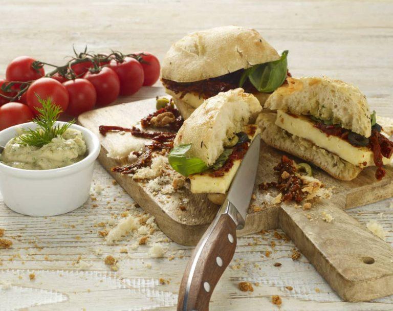 Kanapki z serem halloumi, suszonymi pomidorami i sosem tzatziki