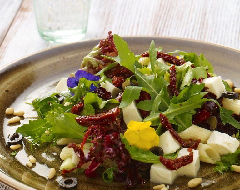 Sałatka Mediteran z makaronem i suszonymi pomidorami