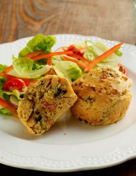 Francia muffin szárított paradicsommal, olajbogyóval és szalonnával