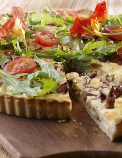 Vegyes gombákkal töltött pite fenyőmagos rukkola-salátával