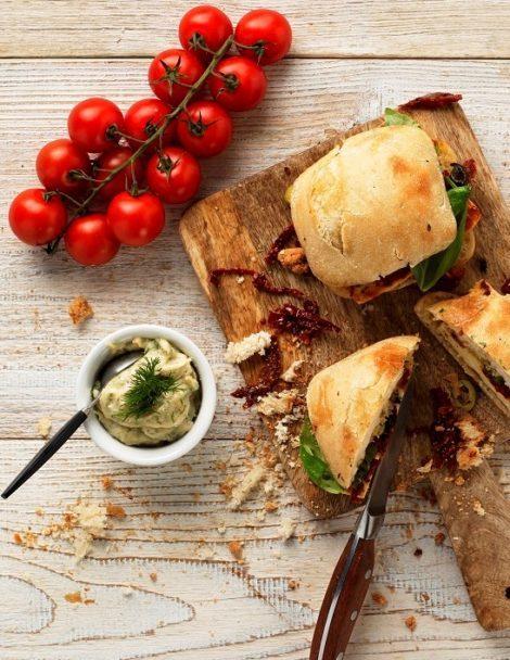 Mediterrán szendvics szárított paradicsommal és tzatziki öntettel