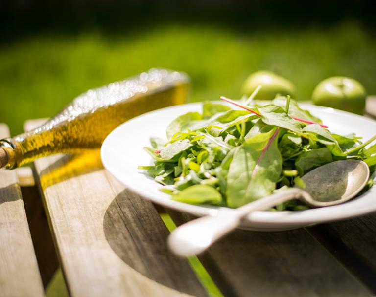 Élvezzük a nyár ízeit salátába rejtve bármely évszakban