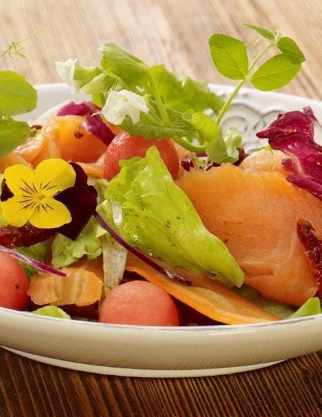 Fitness saláta füstölt lazaccal