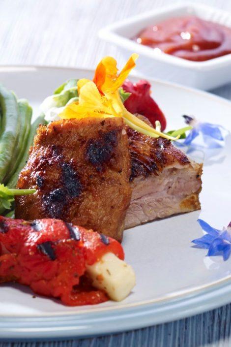 Grillezett paprikás sertésborda sült paprikafalatokkal