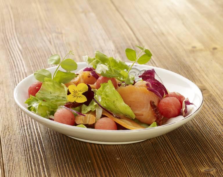 Sałatka z wędzonym łososiem, melonem i pomidorami suszonymi