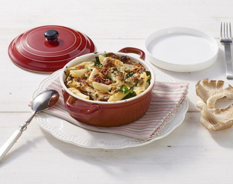 Makaron zapiekany ze szpinakiem, boczniakami i suszonymi pomidorami