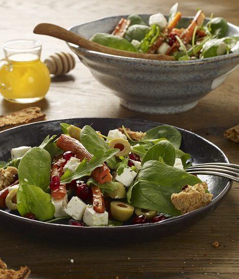Sałatka z oliwkami, pieczoną marchewką i fetą