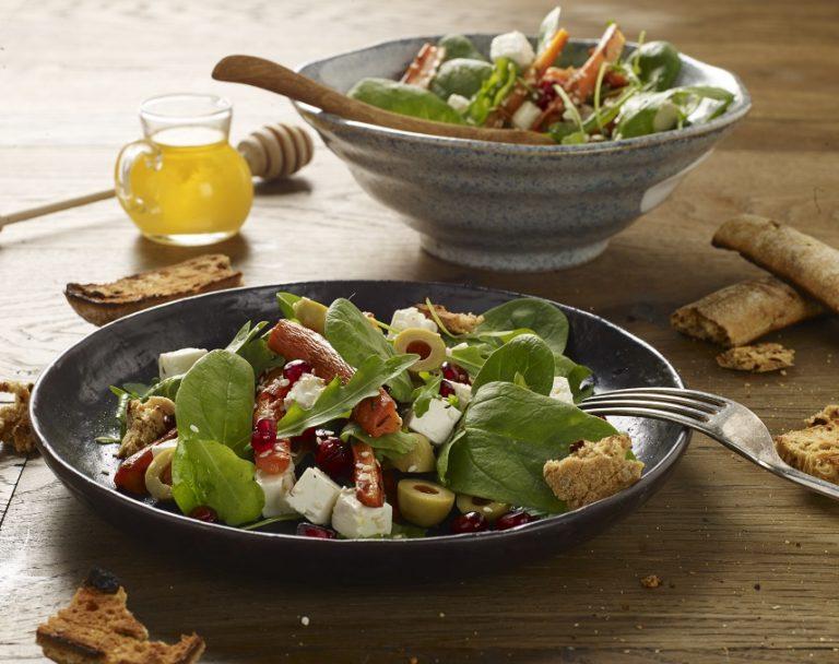 Sałatka z pieczoną marchewką, oliwkami i fetą