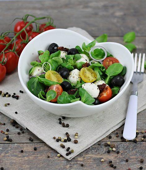 Prosta sałatka z mini mozzarellą, pomidorkami i oliwkami