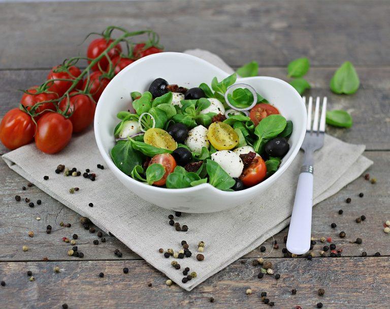 Sałatka z roszponką, mozzarellą i pomidorkami