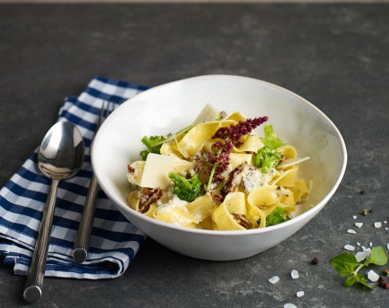 Makaron z brokułami, serem i pomidorami suszonymi w sosie śmietanowym