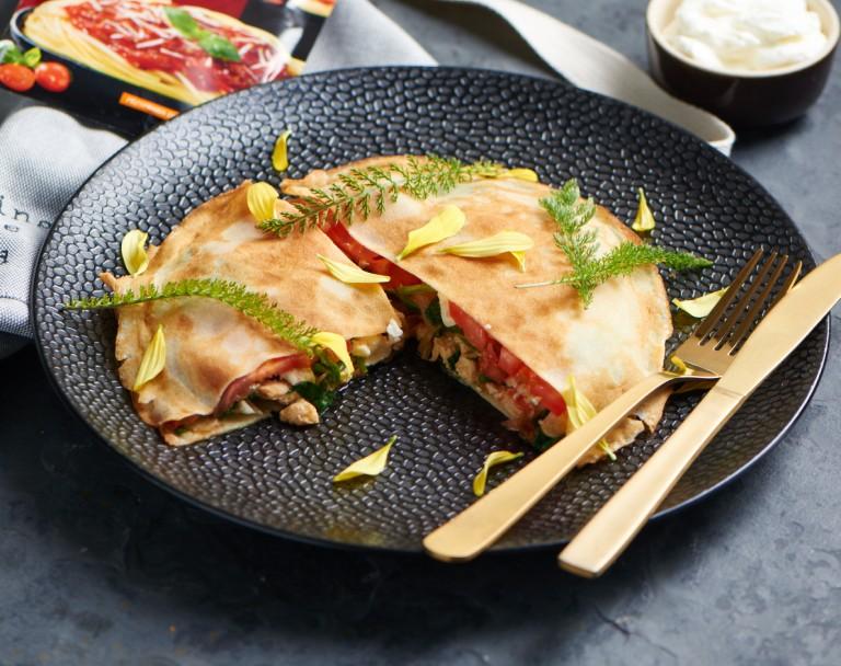 Naleśniki z kurczakiem, serem pleśniowym, szpinakiem i pomidorami