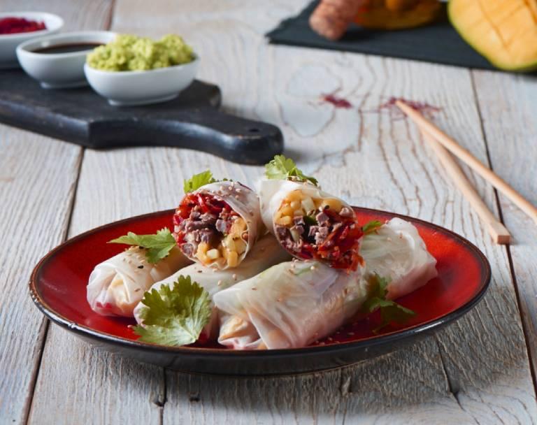 Spring rollsy z piersią kaczki, awokado i suszonymi pomidorami