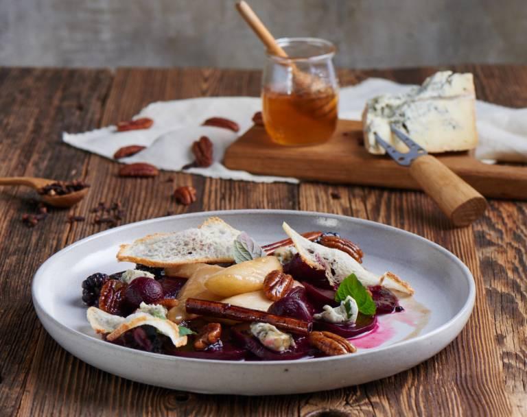 Pieczone buraczki z gorgonzolą i gruszką