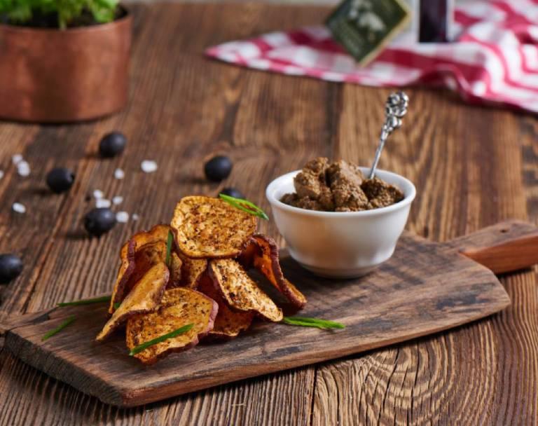 Chipsy z batatów z tapenadą z oliwek