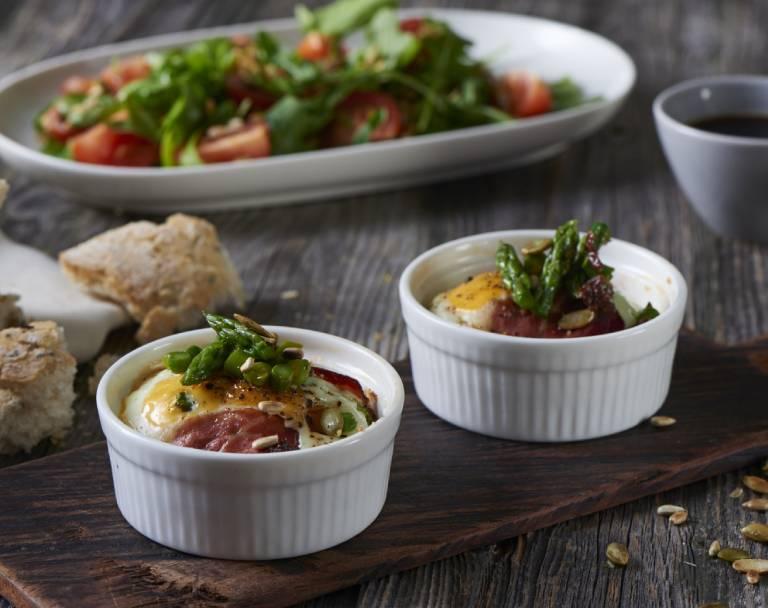 Jajka zapiekane z serem kozim i szparagami