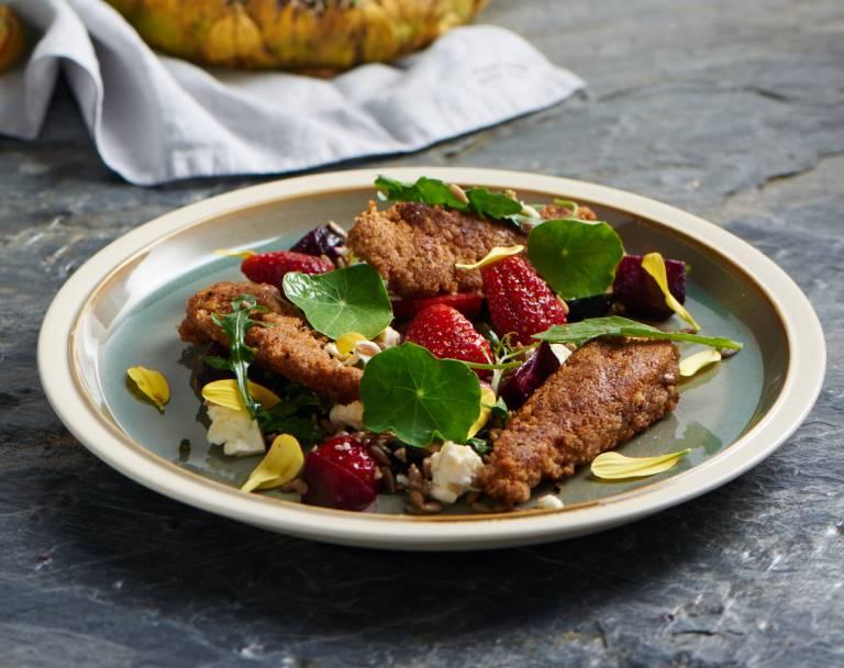 Polędwiczki z kurczaka w cieście orzechowym i sałatka z buraczków oraz pomidorów suszonych