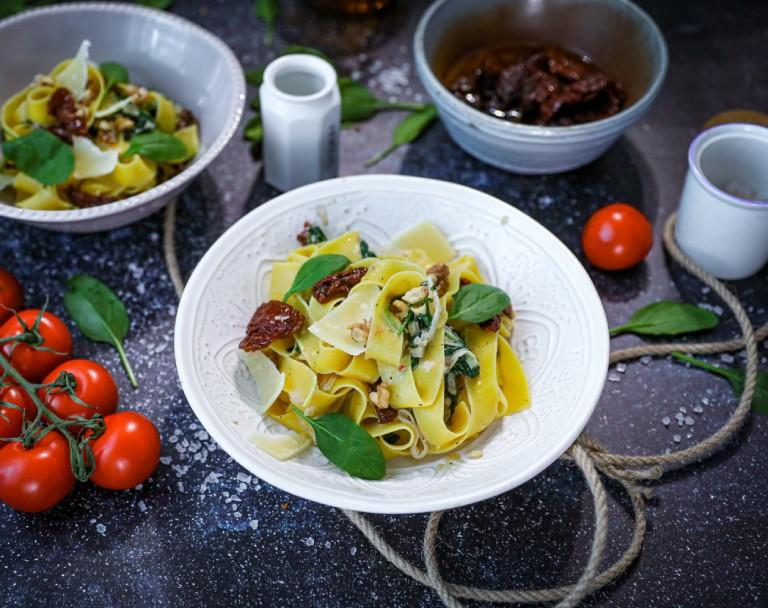 Makaron z serem pleśniowym i suszonymi pomidorami oraz szpinakiem