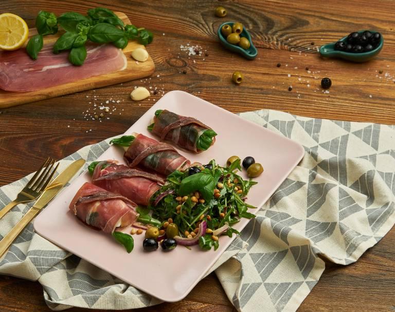 Sałatka z szynką i oliwkami