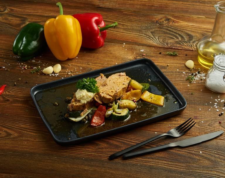 Szynka pieczona z warzywami