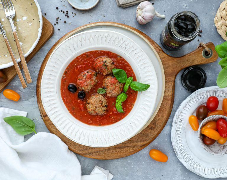 Klopsiki z indyka z oliwkami w sosie pomidorowym