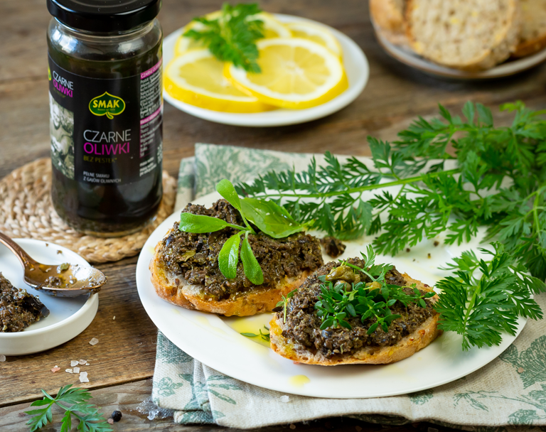 Tapenada z czarnych oliwek z kaparami