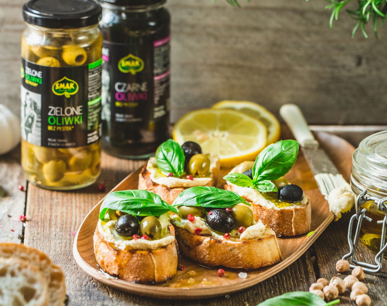 Chrupiące crostini z hummusem i oliwkami